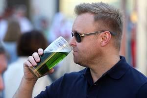 Zelené pivo. Ilustrační foto