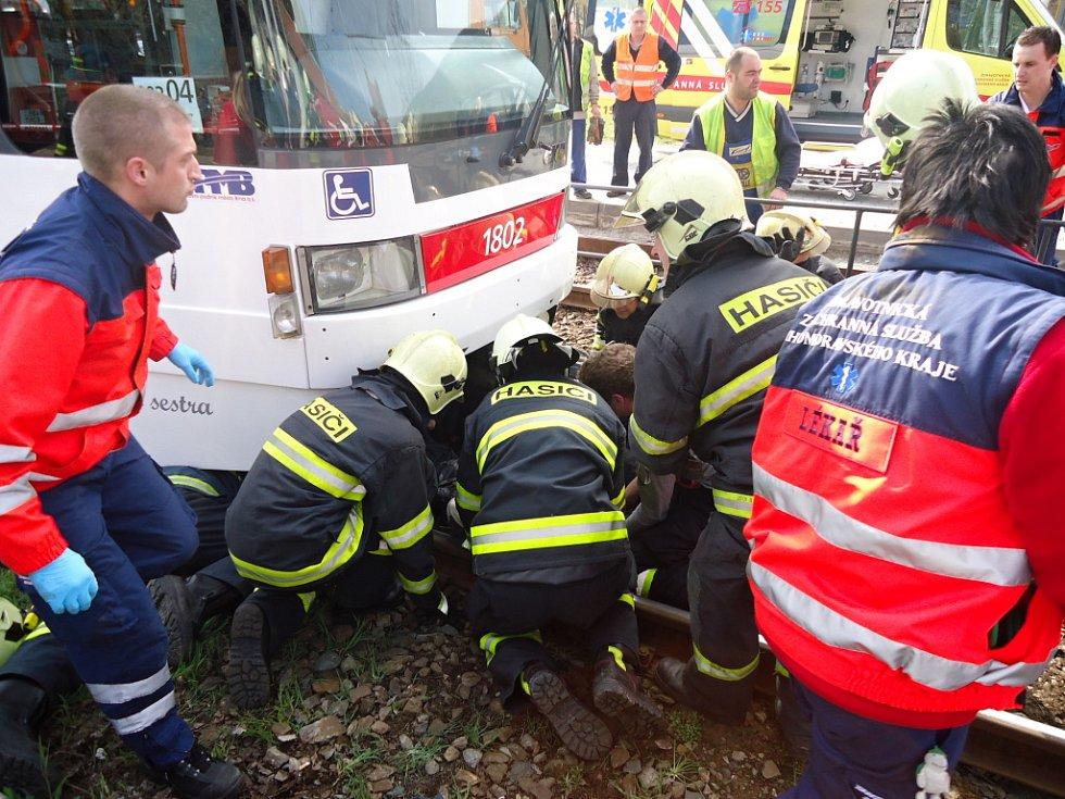 Těžké zranění utrpěl jedenáctiletý chlapec. Zůstal zaklíněný pod tramvají u zastávky Branka.