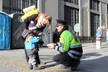 Policisté, hasiči a zdravotníci varovali u náměstí Svobody lidi před riziky Vánoc.