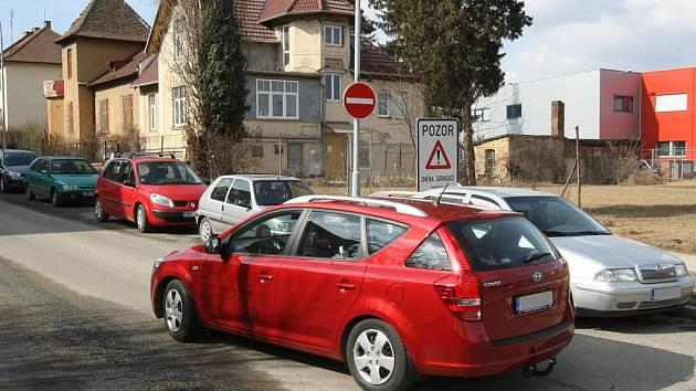 Před dvěma týdny se z Mánesovy ulice v brněnském Králově Poli stala jednosměrka. Strážníci hned po změně postavili do ulice hlídky, aby vybíraly pokuty a rozdávaly trestné body.