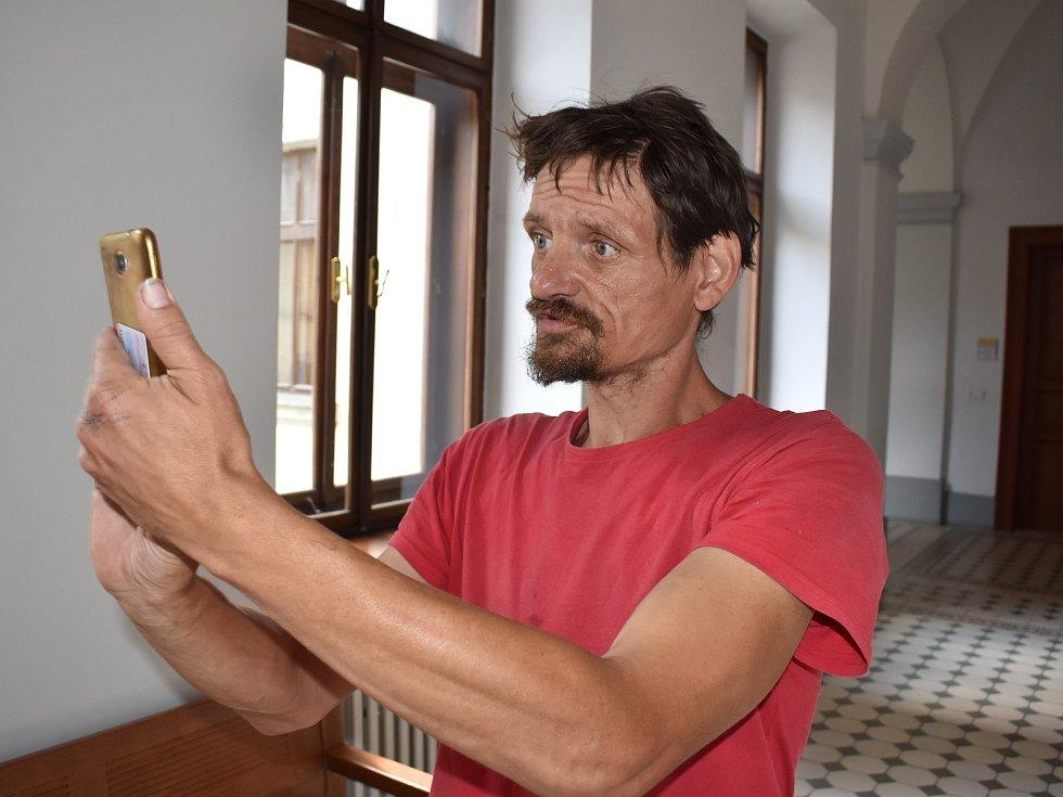 Jiří Prima si na chodbě krajského soudu fotil a natáčel redaktora Deníku, státního zástupce i člena justiční strážce. Na všechny křičel. Zároveň opakovaně urážel obyvatele Plzně.