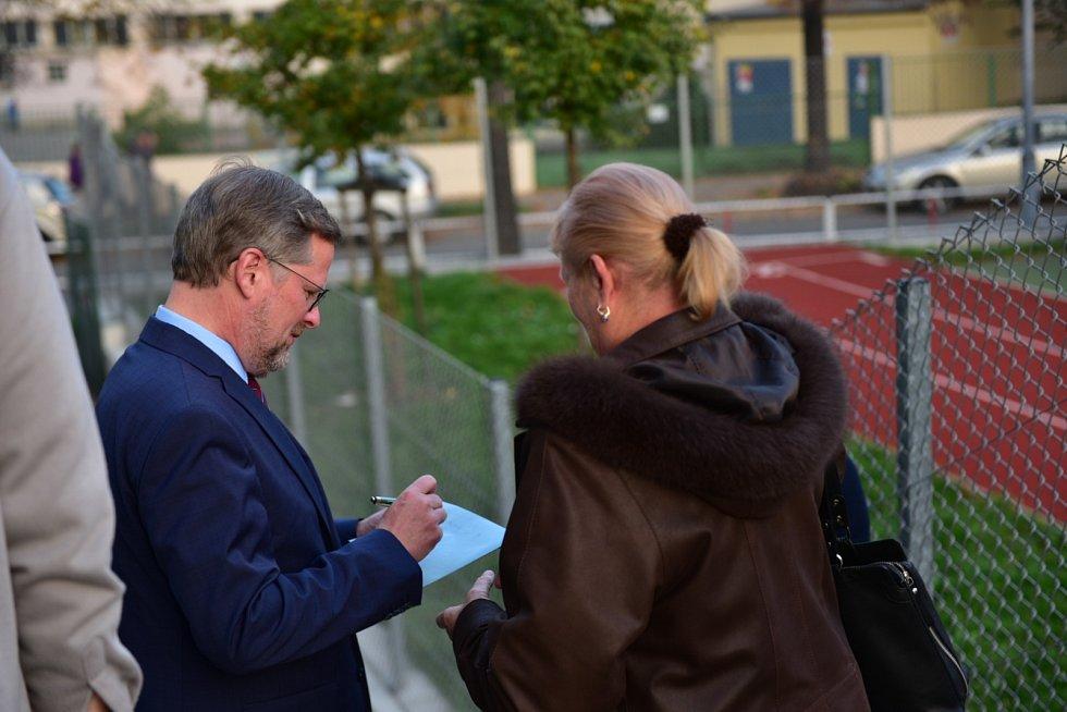 Lídra ODS Petra Fialu po volbě zastavila fanynka, která jej prosila o podpis na obálku od volebních lístků. Fiala souhlasil a doplnil věnování.