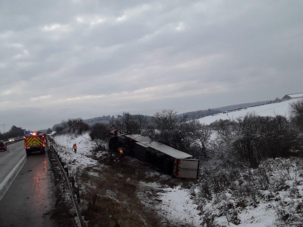 Na 173. kilometru D1 ve směru na Brno skončil v sobotu kamion mimo vozovku.