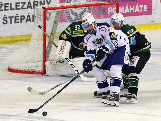 Hokejisté Komety (v bílém) porazili Karlovy Vary 4:2.