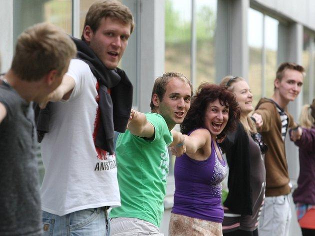 Studenti Provozně ekonomické fakulty Mendelovy univerzity v Brně se ve čtvrtek pokusili překonat rekord a obejmout v co největším počtu jednu z budov. Bylo jich kolem sto sedmdesáti.