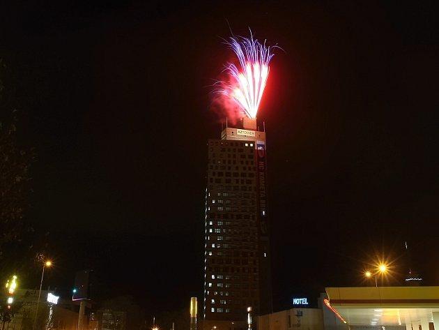 Dva ohňostroje z brněnského hradu Špilberk a z nejvyšší české budovy AZ Tower zakončily oslavy šedesátin hokejové Komety Brno.