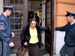 Rozhořčení olašští romové před brněnským soudem.