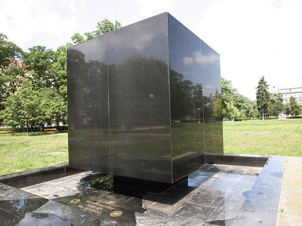 Čtveřice nezletilých výtržníků poškodila ve středu odpoledne památník věnovaný obětem židovského a romského holokaustu na brněnském náměstí 28.října.