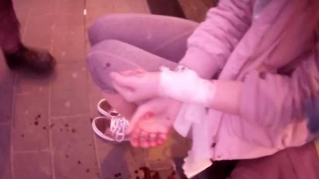 Nešťastnice snažící se spáchat sebevraždu si u obchodního domu v ulici Dornych v Brně všimli kolemjdoucí, kteří se obrátili na policejní hlídku. A tím jí zachránili život.