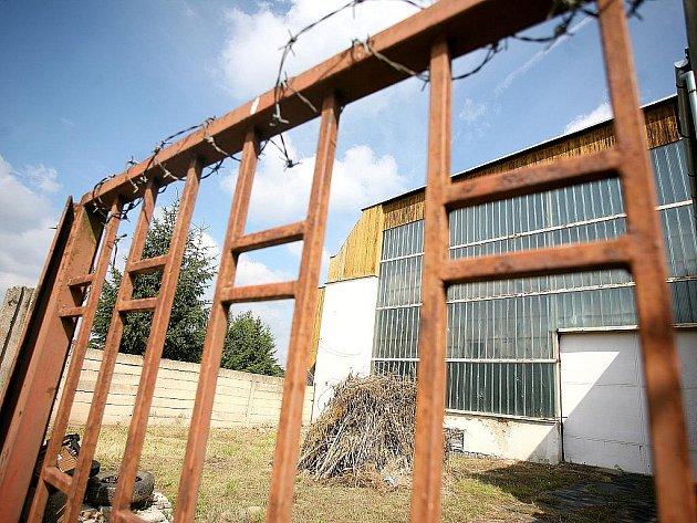 Zchátralý zimní stadion v Rosicích.