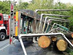 Průjezd kolem Zbýšova v pondělí vpodvečer zkomplikoval převrácený kamion. Kmeny stromů, které vezl, byly poházené kolem místa nehody. Hrozilo také, že se vozidlo zřítí ze srázu. Úsek tak policisté dočasně uzavřeli.