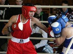 Boxer Hamo Aperyan (v červeném).