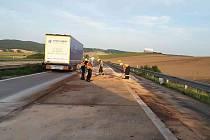 Čištění dálnice D1 u Říčan ve směru na Brno. Kvůli úniku nafty z kamionu byl úsek po dobu zásahu hasičů uzavřený.