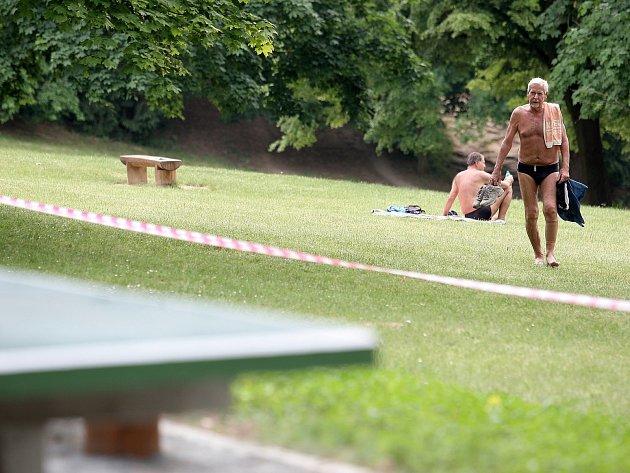 Dělníci pracují na březích Brněnské přehrady, kde vzniknou nová hřiště na plážový volejbal nebo pétanque, převlékárny či dětská hřiště.