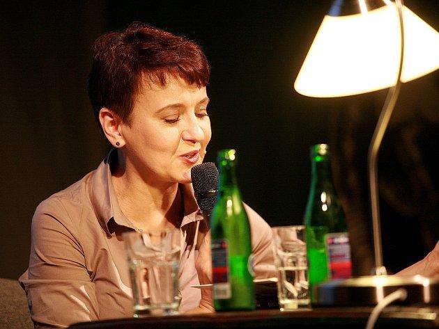 Oksana Zabuženko přečetla část ze své knihy v rámci Měsíce autorského čtení v sále Divadla Husa na Provázku.