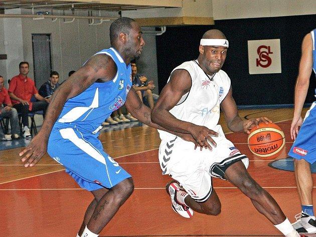 Pivot Basketballu Brno Boris Meno (v bílém).