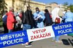 Lidé čekající na odběry na Moravském náměstí v Brně.