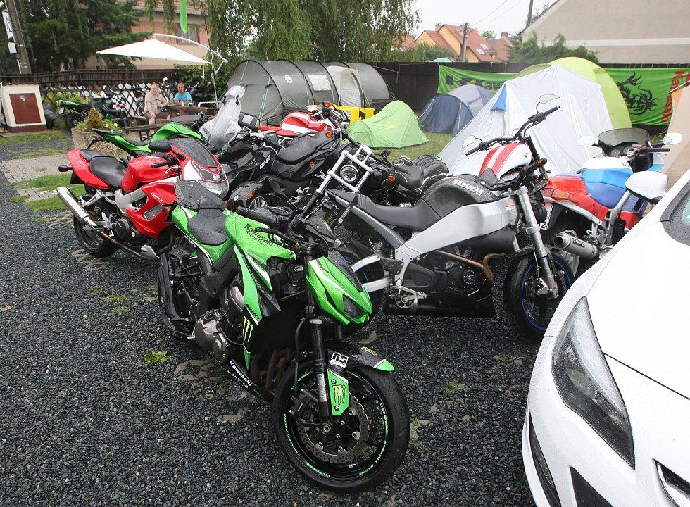 Fanoušci Moto GP v Campu Alpa v Ostrovačicích na Brněnsku.