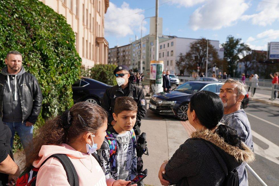 Prezident Miloš Zeman navštívil brněnskou Základní školu Merhautova 37. Školákům, jejich rodičům i kolemjdoucím zpestřil první zářijový den. Nekteré překvapil, že si vybral většinově romskou školu. Policisté ale neřešili žádné problémy.