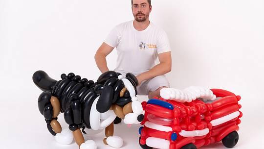 Tomáš Okurek z Brna má netradiční podnikání. Modeluje z balonků zvířata, vytvořil třeba i motorky a další výrobky.