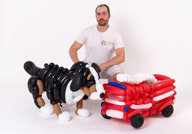 Tomáš Okurek zBrna má netradiční podnikání. Modeluje zbalonků zvířata, vytvořil třeba imotorky a další výrobky.