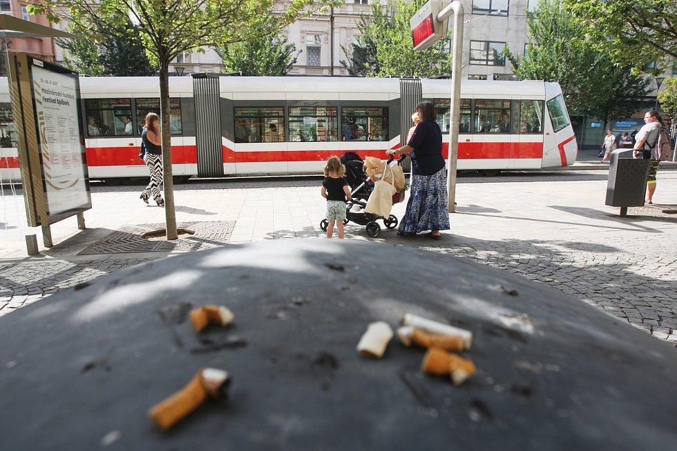 Popelníky v Brně, které kuřáci málo využívají, by mohly nahradit hlasovací schránky. Autor návrhu bojuje za čistější zastávky.