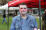 Na Moravském náměstí v Brně se střetly dva tábory lidí. Zombie a přeživší.