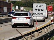 Radary měří na dálnici D1 mezi Ostrovačicemi a Kývalkou rychlost projíždějících aut.