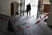 S opatrností musí lidé nyní procházet průchodem u informačního centra na Staré radnici v Brně. Pod dřevěné dláždění se dostala voda a povrch se zvlnil.