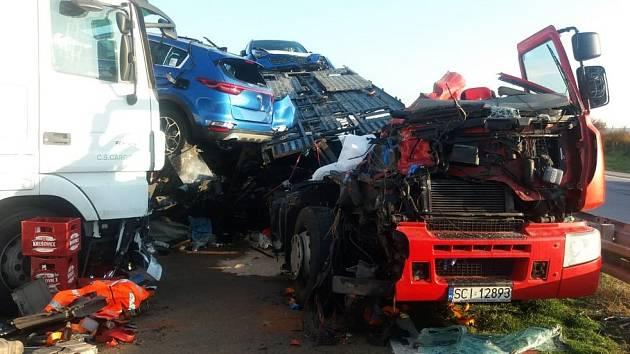 Při hromadné nehodě tří kamionů a auta zemřel člověk.