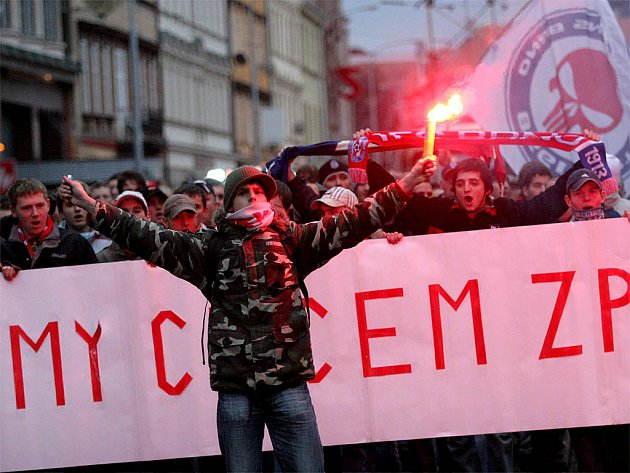 Fotbaloví fanoušci pochodovali Brnem