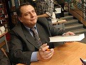 Bývalý premiér Jiří Paroubek při autogramiádě v brněnském knihkupectví Kanzelsberger.