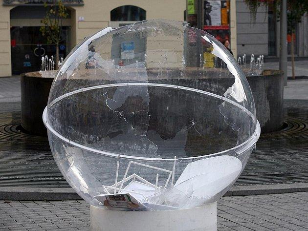 Vandalové poničili exponáty výstavy na brněnském náměstí Svobody.