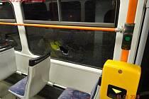 Muž rozbil lahví vodky okno tramvaje.