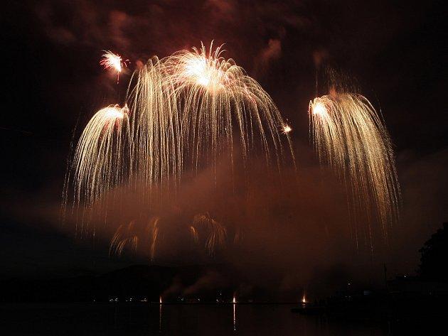 Dejte průchod emocím - takový měl název ohňostroj, se kterým se představila polská pyrotechnická skupina Surex.