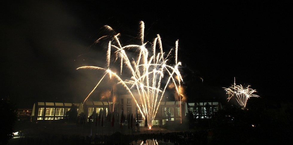 Prvním z celkem šesti ohňostrojů v sobotu v noci zahájil přehlídku Ignis Brunensis.