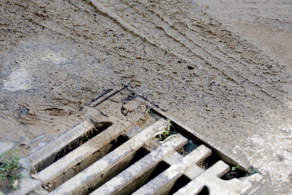 Oprava vodovodu a propadlá silnice na brněnském Slovanském náměstí uzavřela v úterý místo pro městskou hromadnou dopravu.