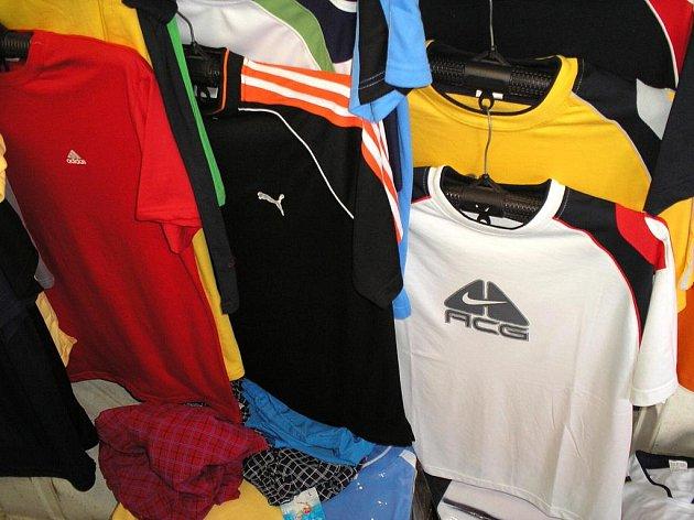 Hlídka našla skoro sedm set kusů různého oblečení, které na sobě mělo ochranné známky značek jako třeba La Coste, Adidas či Diesel.