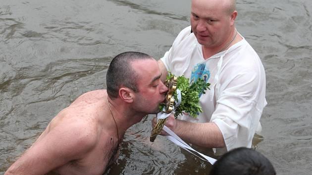 Pravoslavní vylovili z řeky zlatý kříž.