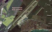 Zobrazení letiště v bulharském Burgasu s vyznačením místa, kde po přistávacím manévru skončilo letadlo společnosti Travel Service charterového letu z Brna.
