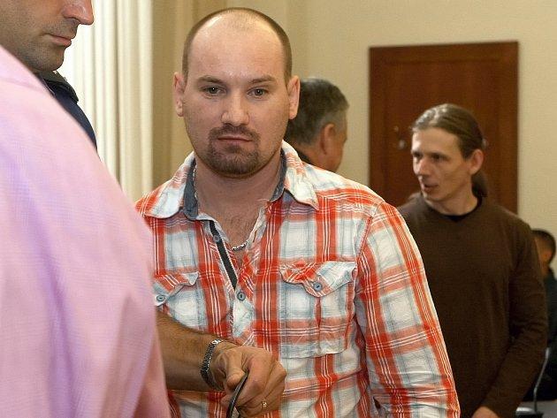 Zboží za sedm a půl milionu korun odnesli podle obžaloby z třiceti benzinových stanic a obchodů Jaroslav Kolesár a Václav Růžička.