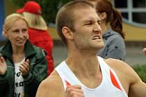 Slovenský vytrvalec Ján Matúš ovládl o víkendu dva závody společného Moravsko-slovenského běžeckého poháru 2012. Takto se závodník Junioru Holíč radoval v Dolních Bojanovicích.