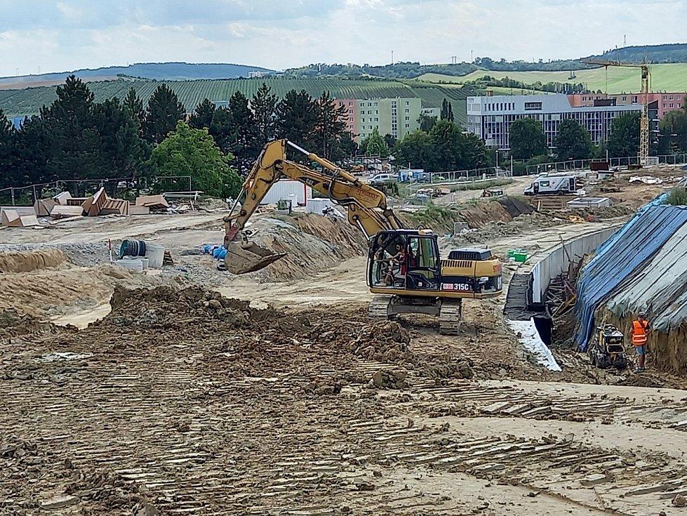 Pohled na tunel směrem k ulici Osová. Foto z první poloviny srpna.
