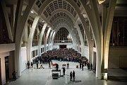 Unikátní hudební projekt festivalu Moravský podzim na brněnském výstavišti sledovaly tisíce lidí. Součástí orchestru byly míchačky, sanitky, dělostřelci a také sedm brněnských pěveckých sborů.