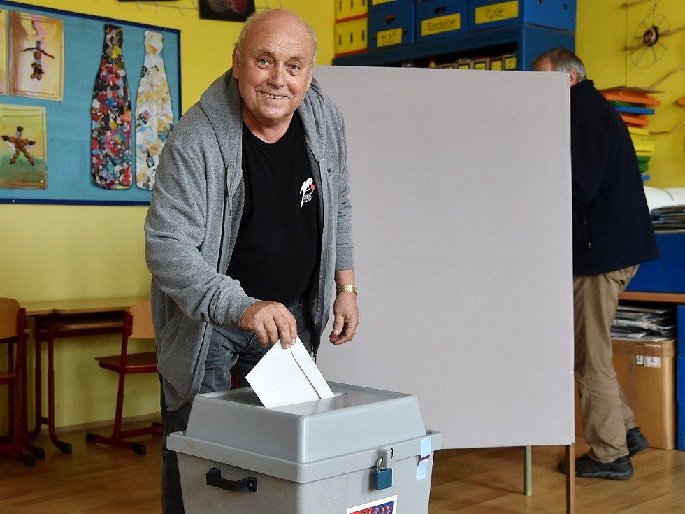 Volby na brněnské Základní škole Kamenačky. Na snímku volí herec z Divadla Bolka Polívky Jaromír Tichý.