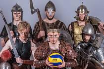 Čeští volejbalisté dnes zahájí juniorské mistrovství světa do 21 let. Aby se správně nabudili a turnaj zviditelnili, hráči i realizační tým absolvovali třináctihodinové focení  v  dobových válečných zbrojích, ve kterých se nemohli ani posadit.