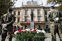 Oslavy založení republiky u památníku TGM před Lékařskou fakultou Masarykovy univerzity.