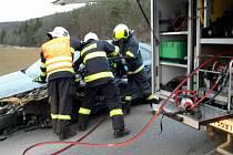 Po nehodě u Čebína museli řidiče vyprošťovat hasiči.