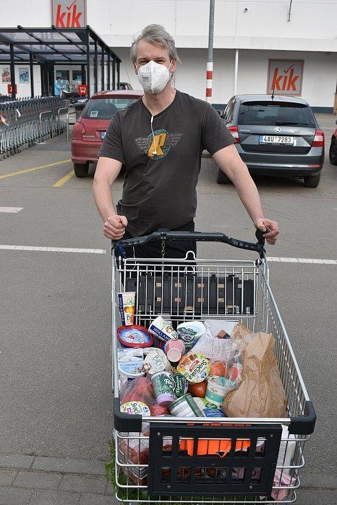 Supermarkety? Lidé nakupovali na Velikonoce. Na snímcích blanenský Kaufland ve čtvrtek odpoledne.