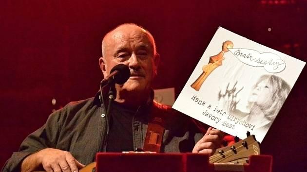 Regionální hudebník, špatně vyřezaný. Tak se Petr Ulrych nazývá v porovnání se svou malou dřevěnou figurkou, kterou dostal od valašského řezbáře. Figurku vyobrazuje na novém autorském albu Bratr sestry.
